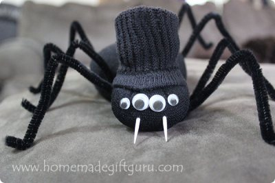 These Halloween sock spiders are easy to make, inexpensive and adorable!