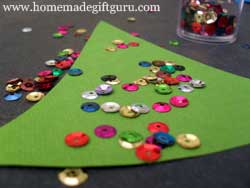 Here is a few crafty DIY Christmas gift tag ideas to use with these Christmas freebies.