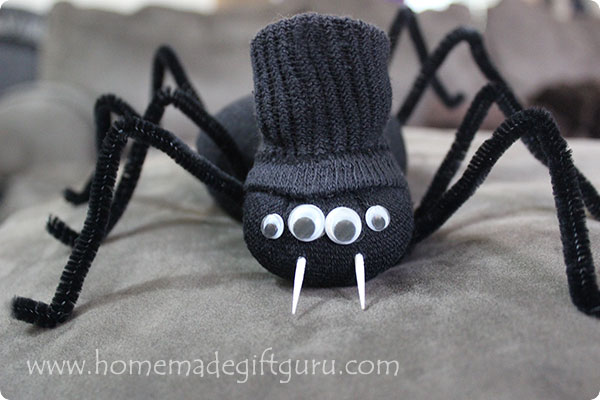 Print the spider-themed Halloween gift tags and then head on over to this super cute sock spider tutorial...